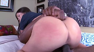 White nympho rides a big black schlong and turns for doggystyle
