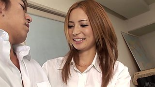 Japanese beauty with dyed hair Shiori Ayase gives handjob
