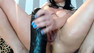 Toying her anal hole and vibrating her pussy clit on webcam
