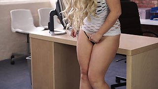 Plump blonde Lizzie strips and shows her juicy ass and bopping boobies