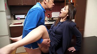 Bored housewife attacks a deliveryman for a pounding game