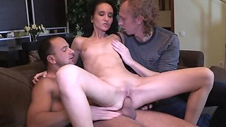 Wife loves fucking but scoundrel penetrates her in front of hubby